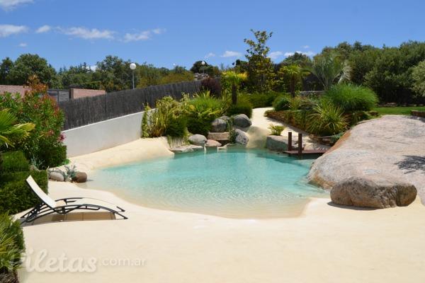 Escapar del sonido de la ciudad para refugiarte en tu for Construccion piscinas naturales